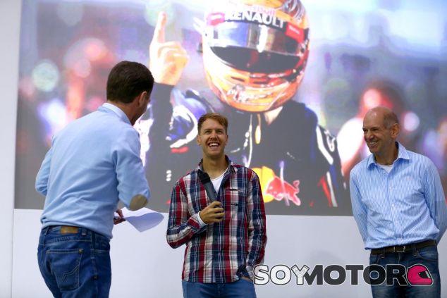 Sebastian Vettel en Milton Keynes, junto a Christian Horner y Adrian Newey - LaF1