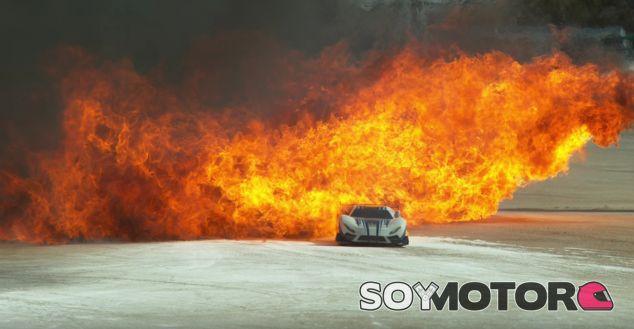 El Traxxas X0-1 atraviesa una cortina de fuego a alta velocidad - SoyMotor