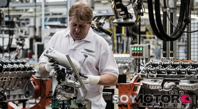 Un operario de la marca trabaja sobre el motor del nuevo Aston martin DB11 - SoyMotor