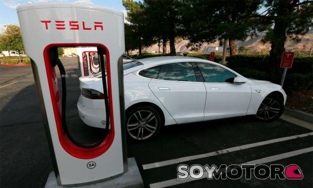 Un Tesla Model S carga sus baterías en un Supercharger de la firma americana - SoyMotor