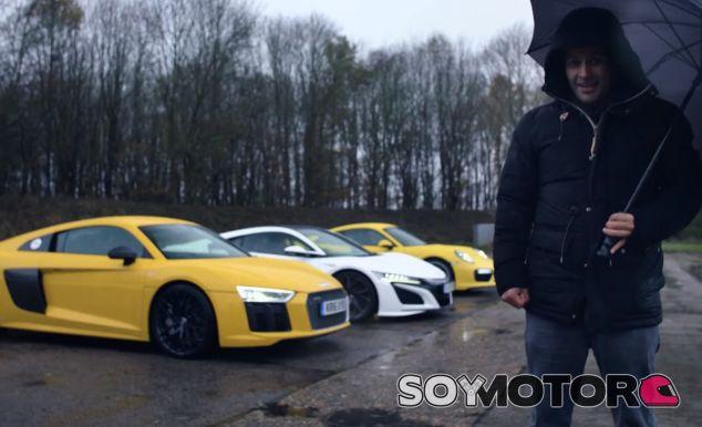 Chris Harris posa con los tres protagonista de su último vídeo para Top Gear - SoyMotor