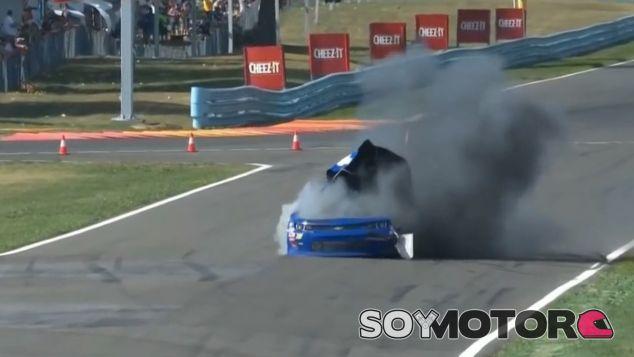 Momento de la explosión del Chevy de Derrike Cope en Watkins Glen - SoyMotor