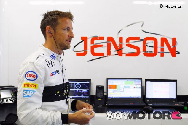Jenson Button en el box de McLaren - LaF1