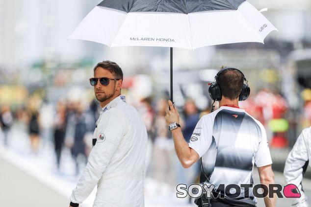 Jenson Button pasea por el pitlane - LaF1