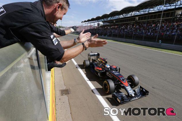 Fernando Alonso cruza la línea de meta en Hungría - LaF1.es