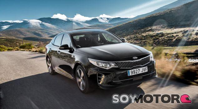 Con un diseño atractivo y un motor de 2.0 litros, el Optima GT cuenta con una puesta a punto más deportiva - SoyMotor