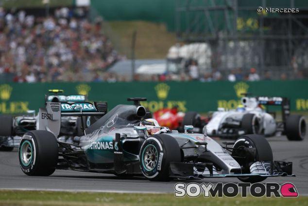 Hamilton rodando por delante de Rosberg y Vettel en Silverstone - LaF1.es