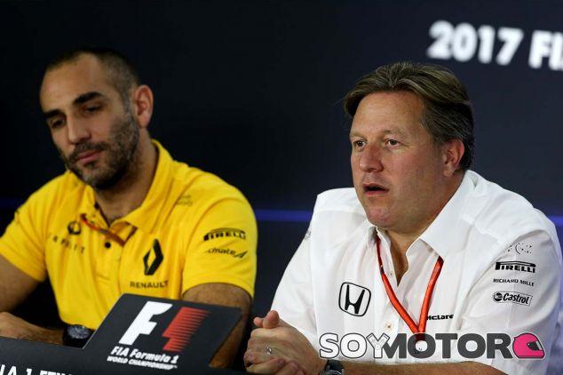 Cyril Abiteboul y Zak Brown en Yas Marina - SoyMotor.com