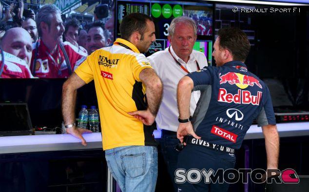 Cyril Abiteboul charlando con Horner y Helmut Marko - LaF1.es