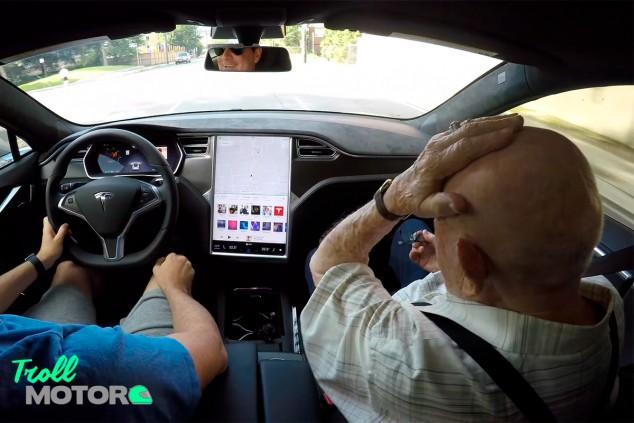 """Abuelo de 97 años descubre un Tesla: """"No había visto nada así"""" - SoyMotor.com"""