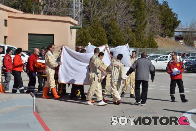 Así llevaron las asistencias a Alonso hacia el helicóptero para su evacuación -LaF1