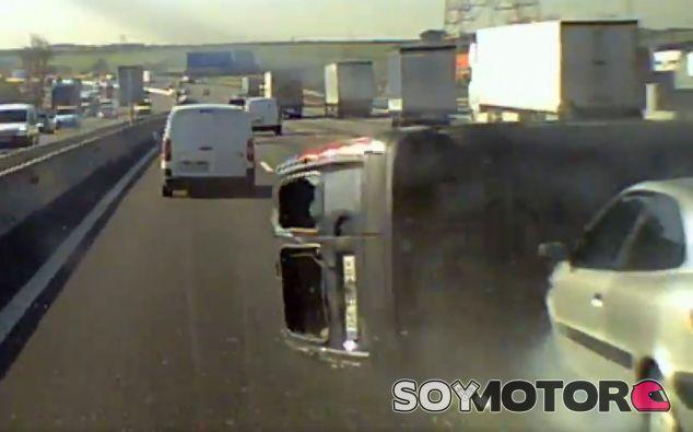 El camionero golpeó a una furgoneta y se dio a la fuga - SoyMotor.com