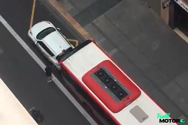 Un autobús embiste a un coche en una discusión de tráfico
