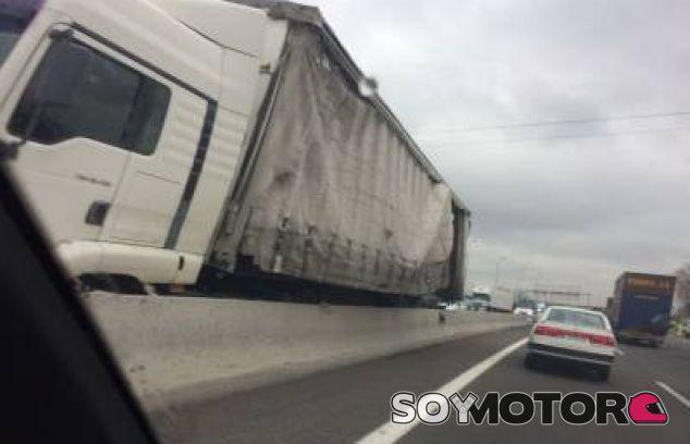 Un camión de bobinas de papel se va contra la mediana en la A-2 de Madrid - SoyMotor.com
