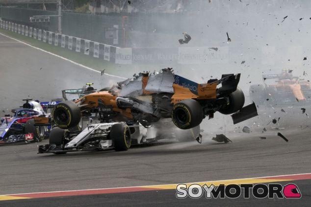 Accidente en la primera curva del GP de Bélgica 2018 - SoyMotor.com
