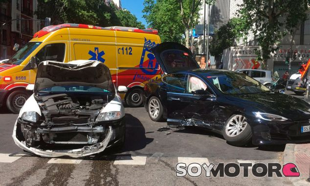Accidente entre un taxi Skoda y un Tesla Model S en Madrid - SoyMotor.com