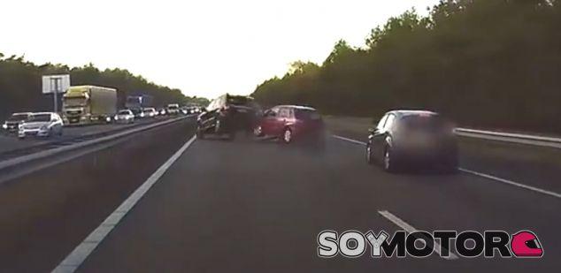 El Autopilot de Tesla evita un accidente - SoyMotor.com