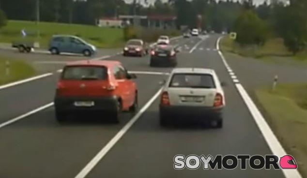 Un Volkswagen Fox adelanta a un Skoda Fabia por los pelos - SoyMotor.com