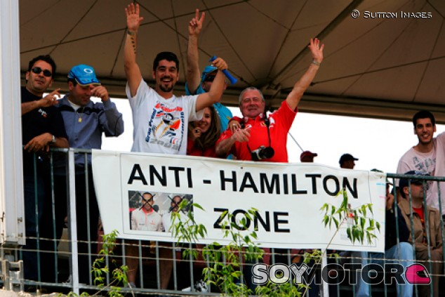 Ecclestone quita importancia a una burla de 2008 de fans sobre Hamilton - SoyMotor.com