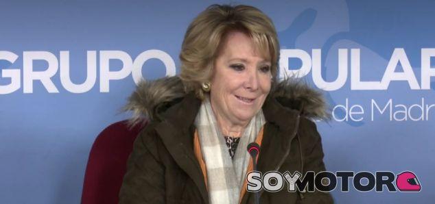 Esperanza Aguirre vuelve a detener su coche en el carril bus - SoyMotor.com