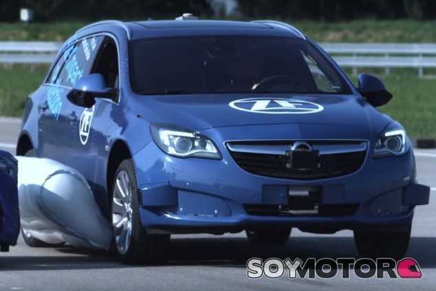 ZF muestra cómo funciona el airbag externo para coches - SoyMotor.com