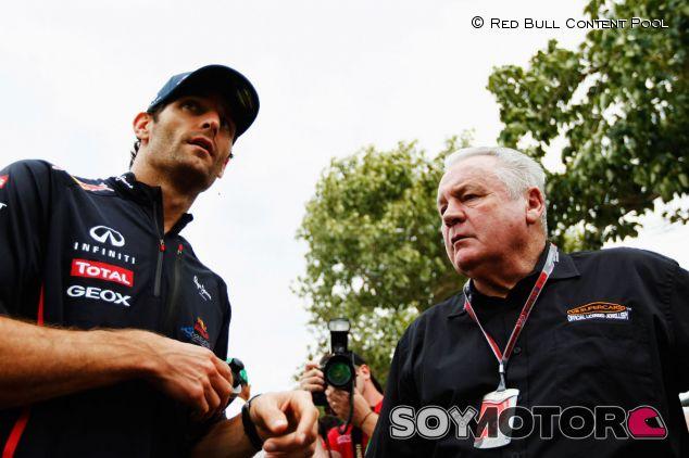 Alan Jones, junto a Mark Webber en una imagen de archivo - LaF1