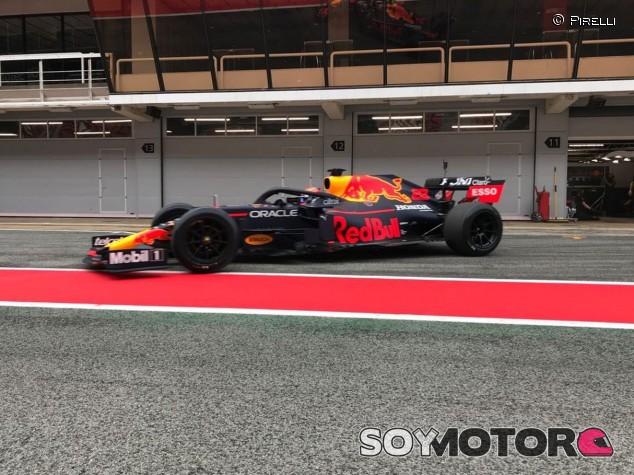 Albon vuelve a Red Bull... para probar los Pirelli de 2022 en Barcelona - SoyMotor.com