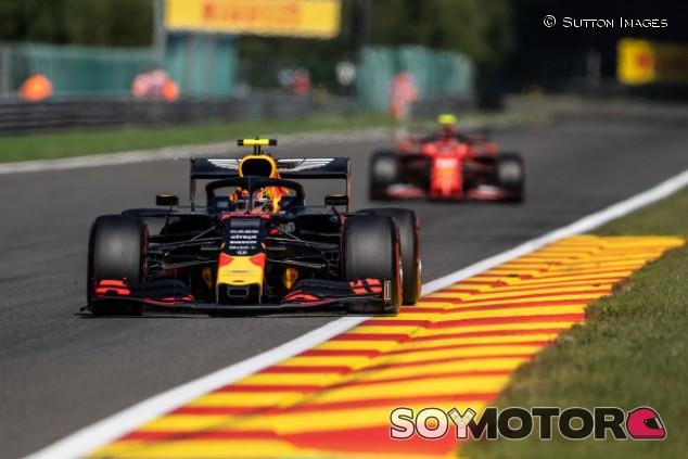 """Albon compara a Verstappen y Leclerc: """"Creo que Charles es mejor"""" – SoyMotor.com"""