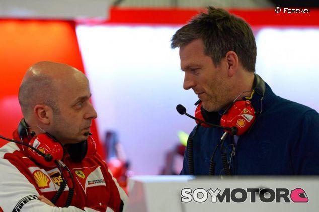 Simone Resta y James Allison conversando en el box de Ferrari - LaF1