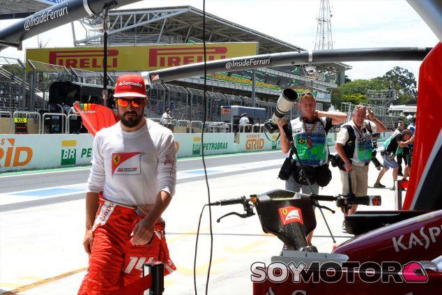 Fernando Alonso en el Pit-Lane de Brasil - LaF1