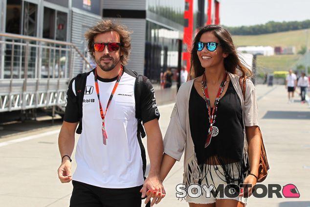 Fernando Alonso caminando por el paddock con su actual pareja, Lara Álvarez - LaF1