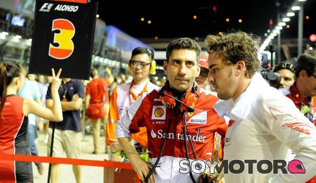 Fernando Alonso con Andrea Stella en la parrilla de Singapur - LaF1