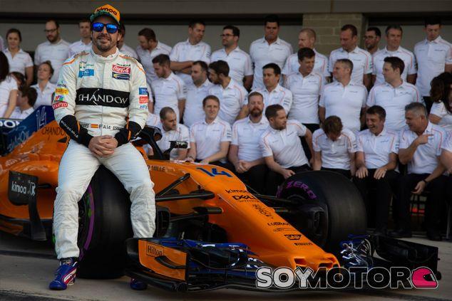 Fernando Alonso y su equipo en Austin - SoyMotor.com
