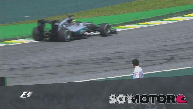Alonso observa a Lewis Hamilton tras su avería - LaF1