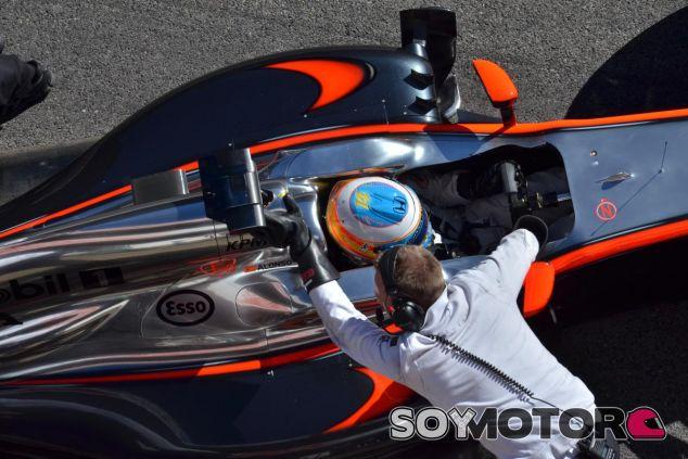 Fernando Alonso, en el McLaren durante los test en Barcelona - LaF1