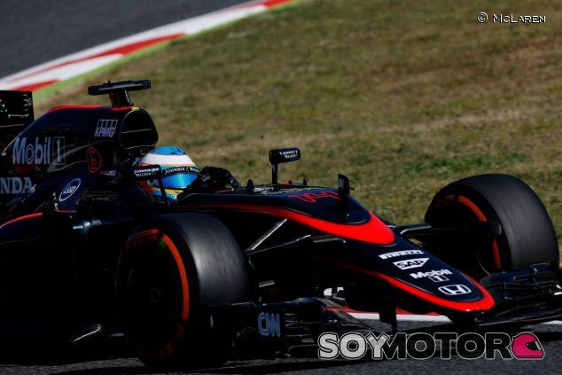 Fernando Alonso rodando en Barcelona con la nueva decoración del MP4-30 - LaF1