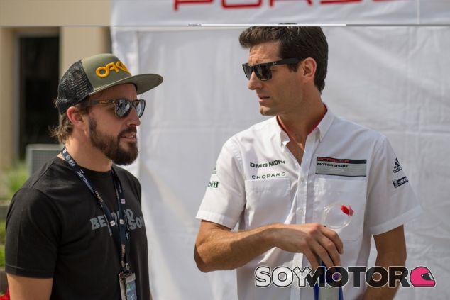 Fernando Alonso y Mark Webber en el paddock de Sakhir - LaF1