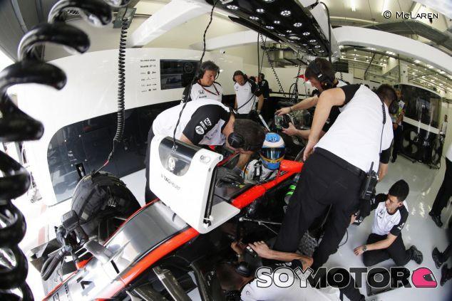Fernando Alonso en el box de McLaren en Sakhir - LaF1