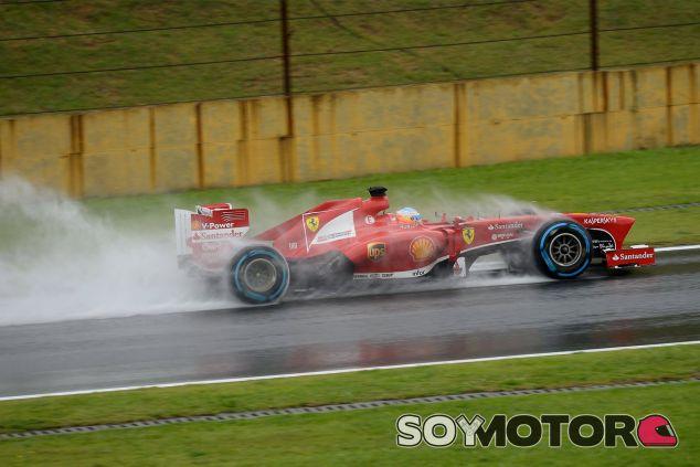 Fernando Alonso lidia con la lluvia de Brasil - LaF1