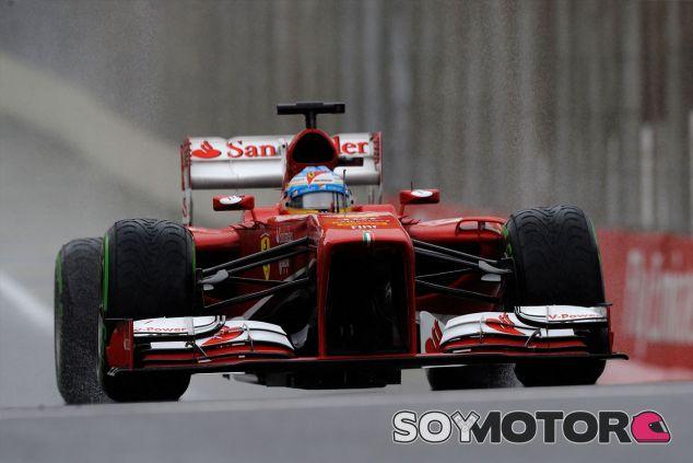 Fernando Alonso y su F138 en Brasil - LaF1