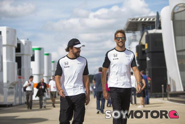 Alonso y Button caminando en el paddock el año pasado - LaF1
