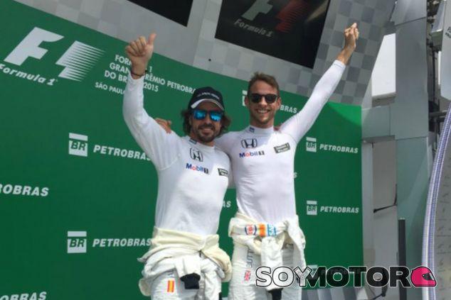 Alonso y Button, en el podio tras quedar eliminados en la Q1 - LaF1