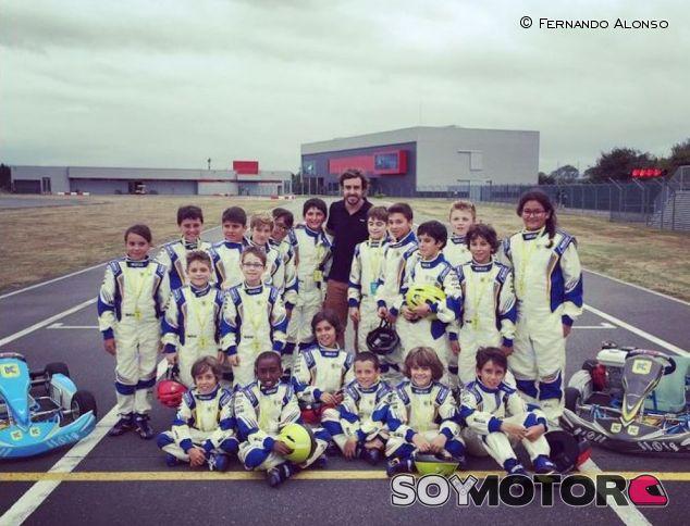 Fernando Alonso con algunos de sus alumnos en la escuela de karting - LaF1