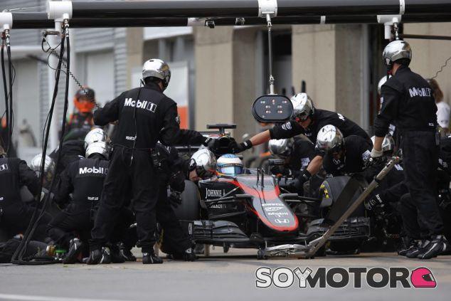 Fernando Alonso haciendo un pit stop durante la carrera de Canadá - LaF1