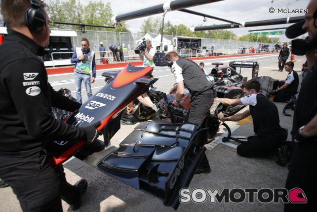 Mecánicos cambiando el morro de Alonso en Canadá - LaF1.es