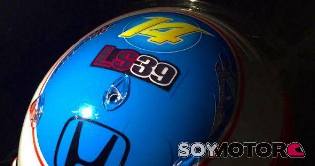 Pegatina en recuerdo de Luis Salom en el casco de Fernando Alonso - LaF1