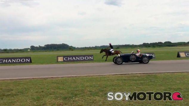 Fernando Alonso con el Bugatti, en una imagen del medio nacional Mundo D - LaF1