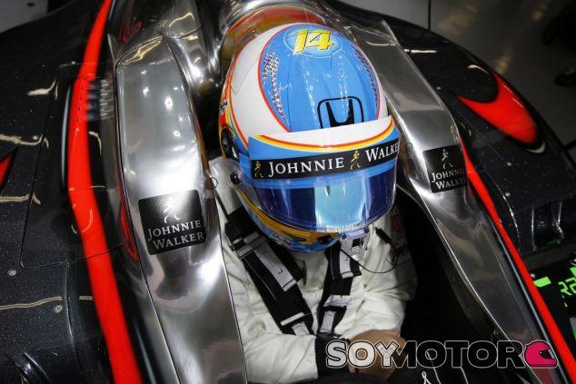 Fernando Alonso subido en el McLaren en Shanghái - LaF1