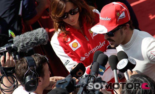 Fernando Alonso en el corralito con la prensa