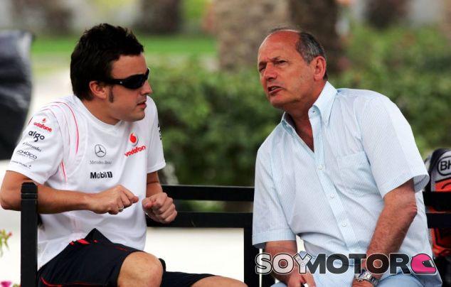 Fernando Alonso y Ron Dennis en una imagen de archivo de 2007 - LaF1